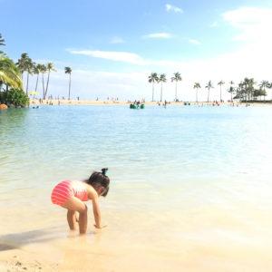 ハワイの海で写真撮影。ポップな水着で。